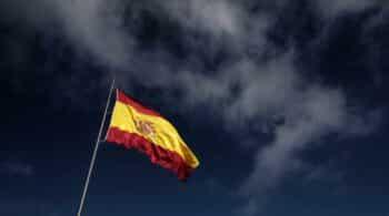 """El artista subvencionado con 12.750€ por renovar banderas de España: """"Está muy criticada por ciertos grupos políticos"""""""