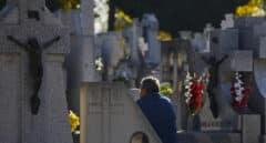 Visitante en el recinto del Cementerio de la Almudena, en Madrid.