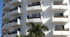 Fachada y balcones del hotel Waikiki donde han acogido a decenas de migrantes.