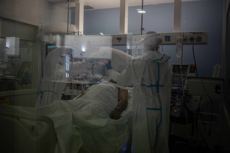Trabajadores sanitarios atienden a un paciente en la UCI del Hospital del Mar, en Barcelona.
