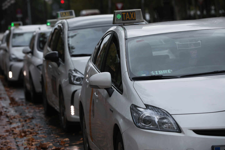 Varios taxis a la espera de clientes, guardan turno en una parada.