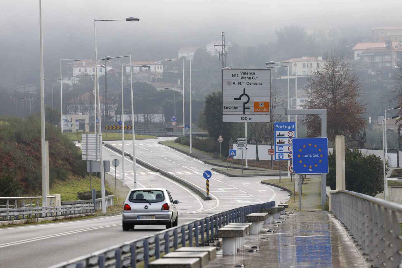 Viajeros cruzan la frontera de Galicia con Portugal
