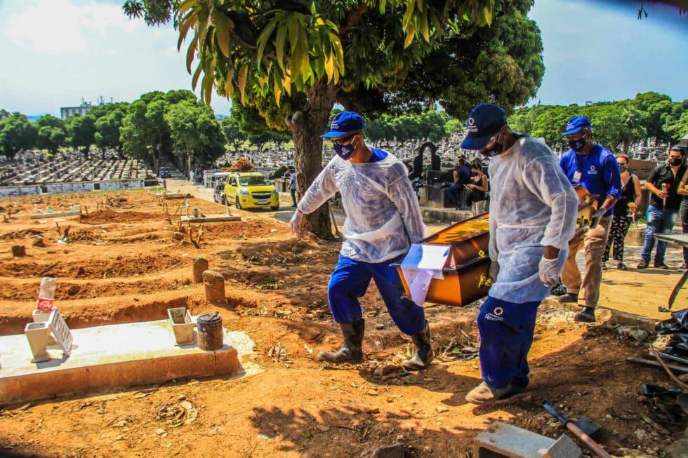 Entierro de una víctima de coronavirus en el cementerio de Sao Francisco Xavier, en Río de Janeiro.
