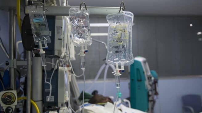 Un paciente ingresado en la Unidad de Cuidados Intensivos (UCI) para enfermos de coronavirus.
