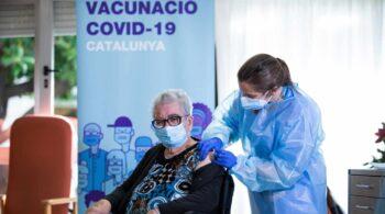 Cataluña, a la cola en la vacunación a mayores de 80 años con un 37% de primeras dosis