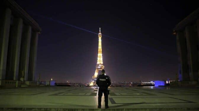 Francia confina París y otros departamentos durante un mes ante el repunte de casos