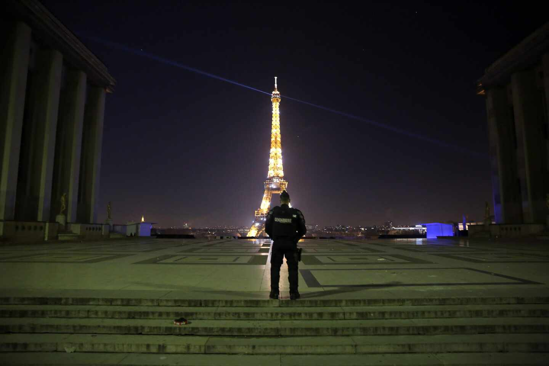 Un policía, ante la Torre Eiffel en París.