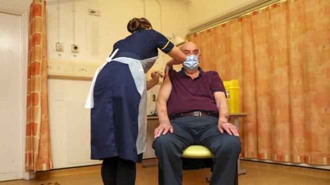 Brian Pinker, primer vacunado con la dosis de Oxford y AstraZeneca