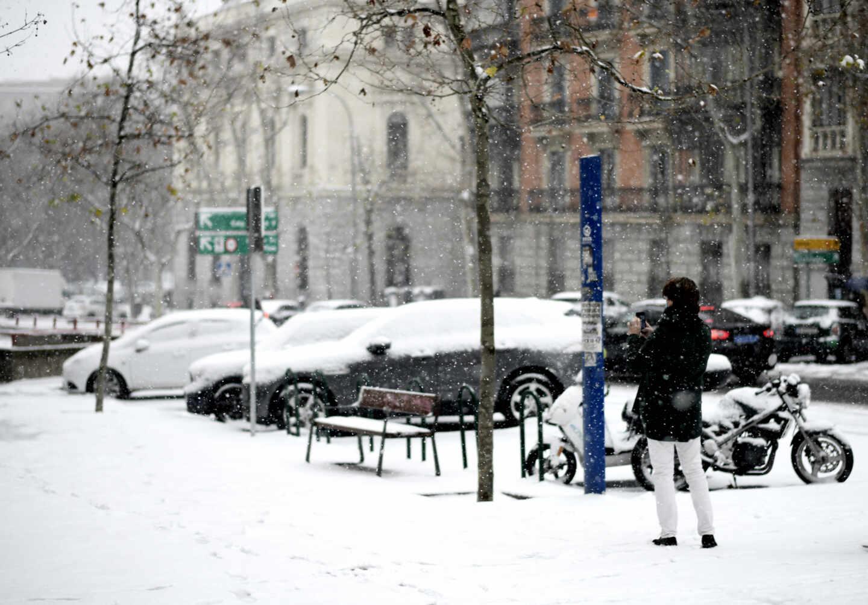 Coches bajo la nieve en Madrid.