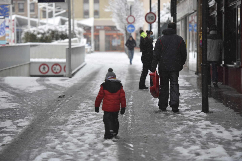 Un niño pasea por las calles tras el paso de la borrasca Filomena, en Huesca, Aragón.