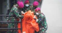 Oficiales de búsqueda y rescate (SAR) llevan los escombros de Sriwijaya Air SJ 182 hallados en el mar.