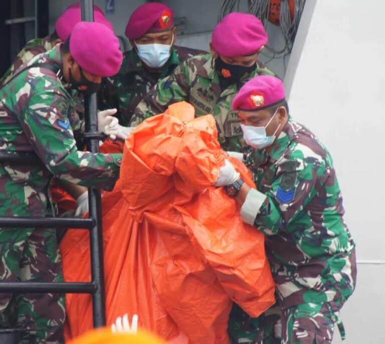 Encuentran restos humanos en el lugar donde se cree que cayó el avión desaparecido en Indonesia