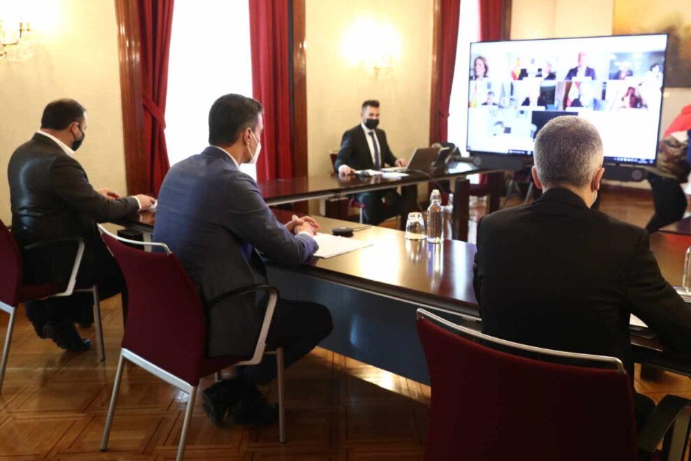 El presidente del Gobierno, Pedro Sánchez, el ministro del Interior, Fernando Grande-Marlaska, y el de Transportes, José Luis Ábalos, durante la reunión del CECOD.