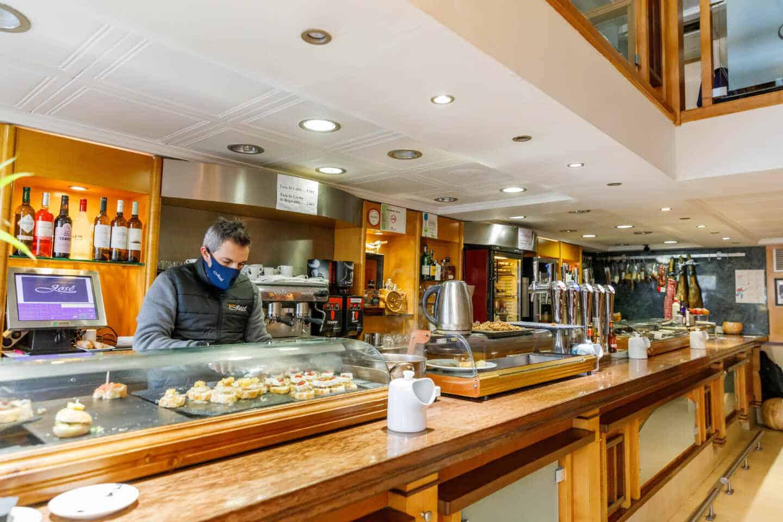 Un camarero en un bar en Segovia, Castilla y León