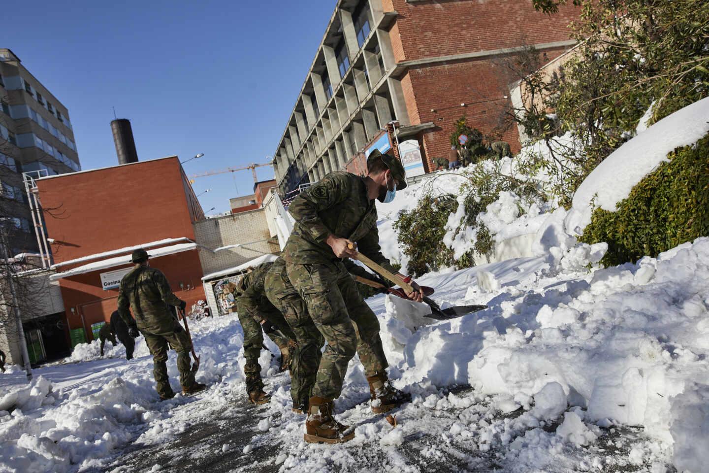 Militares del Ejército de Tierra limpian el acceso de entrada al Hospital Gregorio Marañón, en Madrid.