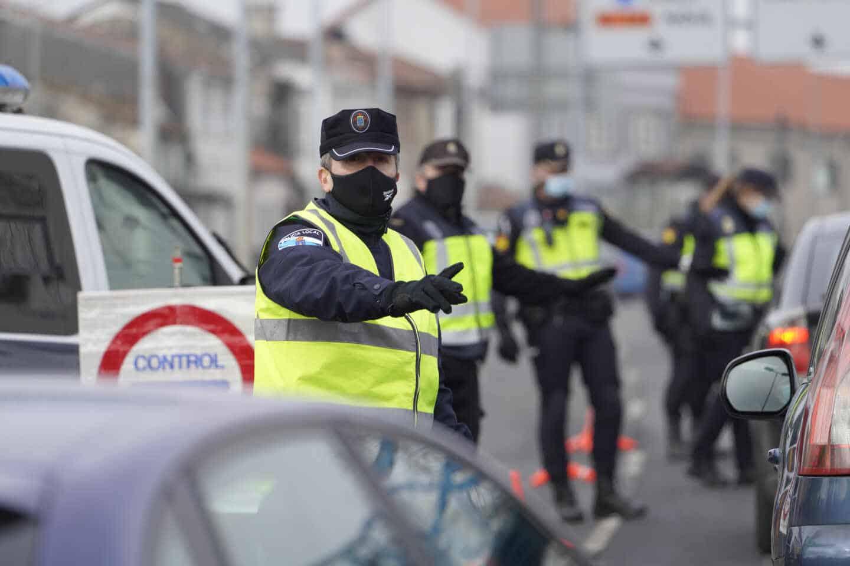 Varios de los agentes de la Policía Local realizando un control de movilidad en la salida de Santiago de Compostela.