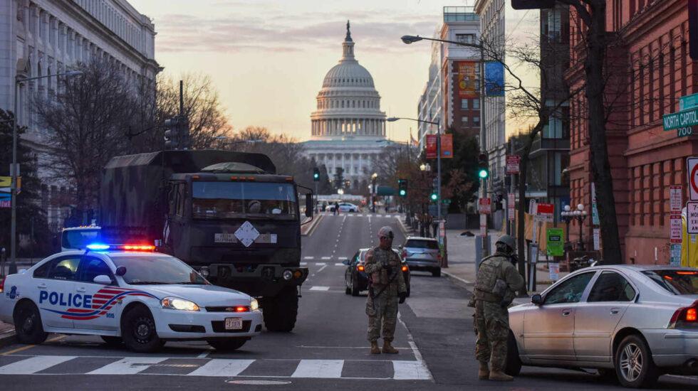 La policía y los soldados de la Guardia Nacional detienen vehículos cerca del edificio del Capitolio de EEUU, en Washington.