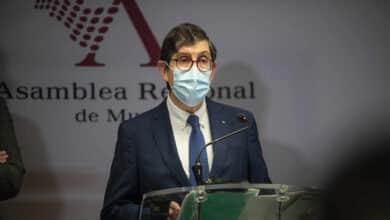 Dimite el consejero de Salud de Murcia por el escándalo de su vacuna contra el coronavirus