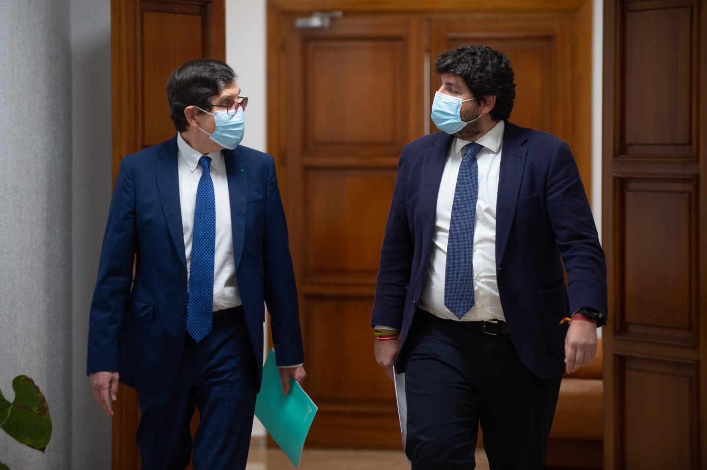 El presidente de la Región de Murcia, Fernando López Miras (d) y el consejero de Salud de Murcia, Manuel Villegas (i) comparecen para anunciar la dimisión de Villegas