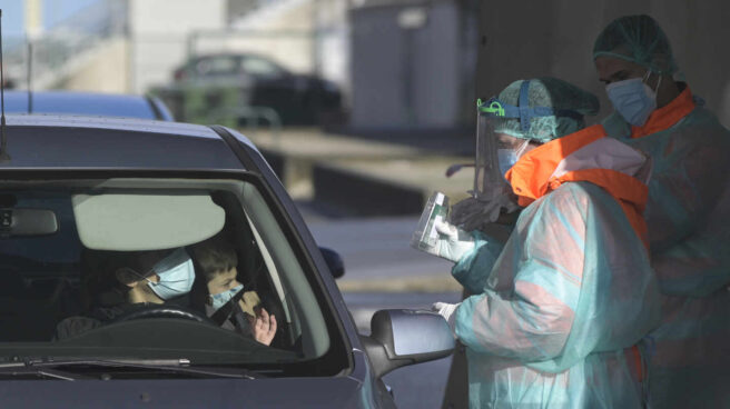 Una mujer recoge su test de saliva desde el coche en Arteixo, A Coruña.