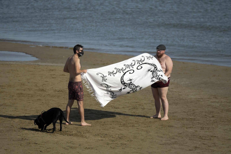 Dos hombres en la Playa de Malvarrosa en Valencia