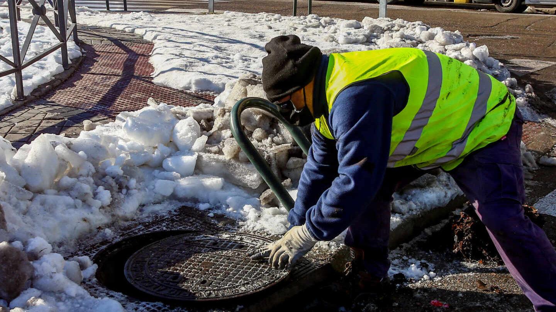 Las alcantarillas llenas de hielo, ramas y basura, en el punto de mira ante posibles inundaciones
