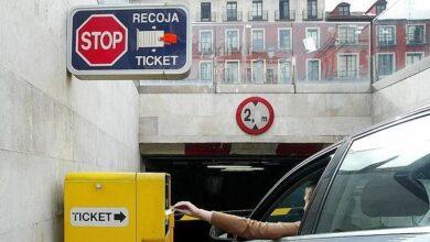 Muere una joven al quedar su cabeza atrapada por la puerta de su coche al intentar pagar un parking