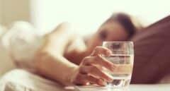 Poner un vaso de agua junto a la cama al irte a dormir es más peligroso de lo que pensabas