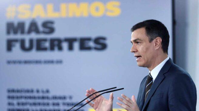 El presidente del Gobierno, Pedro Sánchez, junto al lema 'Salimos más fuertes'.