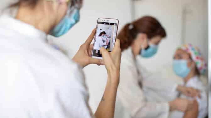 Tres hospitales, tres criterios: lío en la vacunación del Covid a madres lactantes