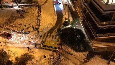 Una ambulancia, atascada por la nieve en Madrid