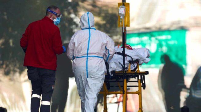 Dos profesionales sanitarios trasladan a un paciente en el hospital de Bellvitge, en Barcelona.