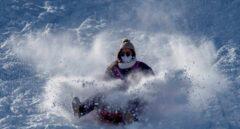 La nieve resucita el turismo familiar en las montañas de Lugo y Ourense