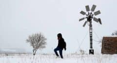 Una persona camina sobre la nieve en la localidad valenciana de Barracas.
