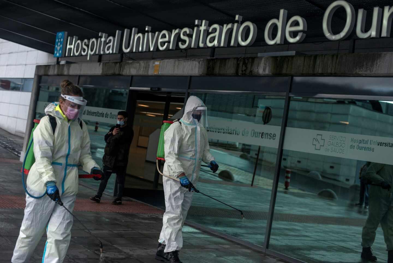 Empleados municipales desinfectan el acceso al Complejo Hospitalario Universitario de Ourense