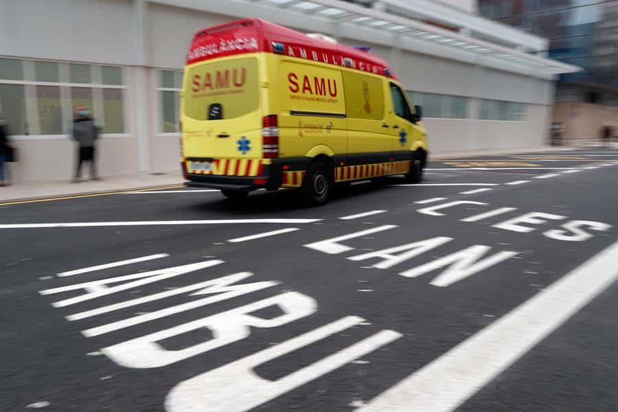 Una ambulancia, a su llegada al Hospital Clínico de Valencia.