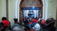 Los manifestantes asaltan el capitolio.