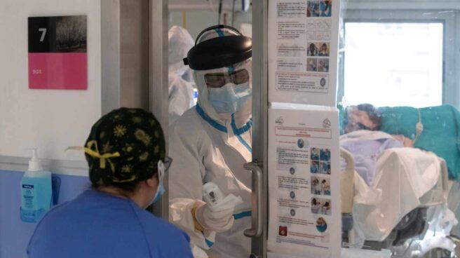 Dos enfermeras atienden a un paciente ingresado por coronavirus, este miércoles en la Unidad de Cuidados Intensivos (UCI) del Hospital Reina Sofía de Murcia.