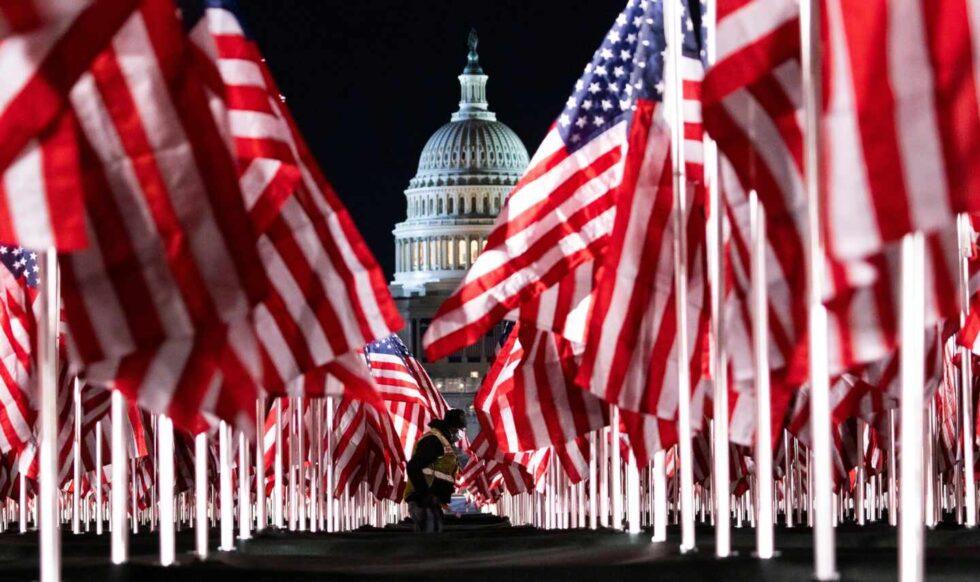 Una persona coloca algunas de las 200.000 banderas de Estados Unidos instaladas frente al Capitolio.