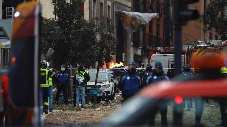 Efectivos de Bomberos, Policía y equipos de emergencias trabajan en la calle Toledo de Madrid.