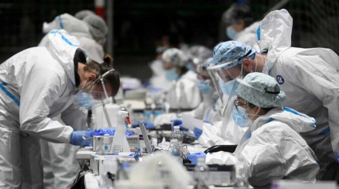 España secuencia sólo el 2% de los casos para vigilar mutaciones del virus frente al 10% que pide la UE