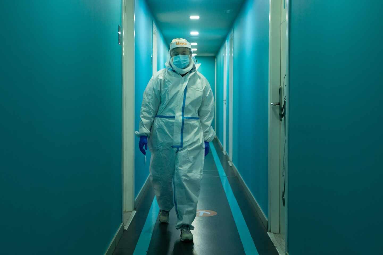 Un profesional sanitario en el centro especializado en pacientes con clara sintomatologia covid del barrio de Gracia de Barcelona.
