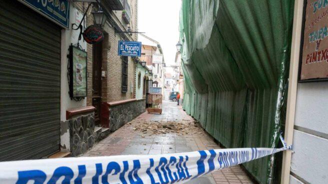 Una calle con cascotes caídos de los edificios en la localidad granadina de Santa Fé tras la treintena de terremotos registrados durante la madrugada del miércoles.