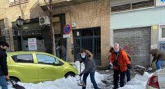 Pablo Casado ayuda a retirar nieve de la puerta de varios centros de salud de Madrid