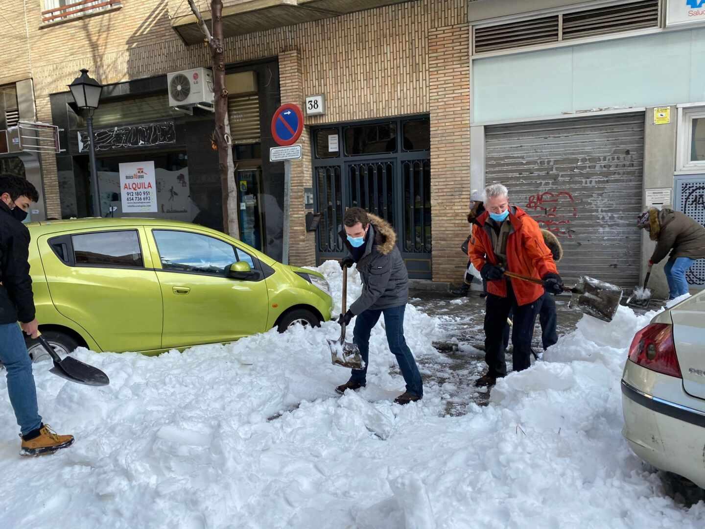 Pablo Casado retira nieve de la entrada de un centro de salud.
