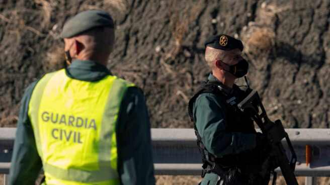 Guardias civiles realizan un control de movilidad en la autovía A42 a la altura de Illescas, en Toledo.