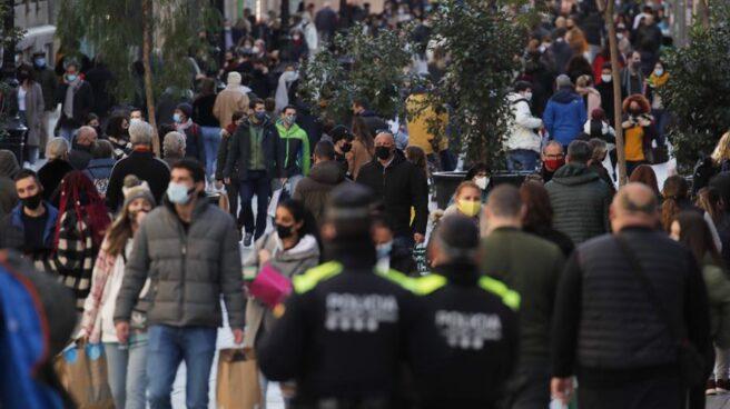 Agentes de la Guardia Urbana patrullan en Barcelona durante el 31 de diciembre.