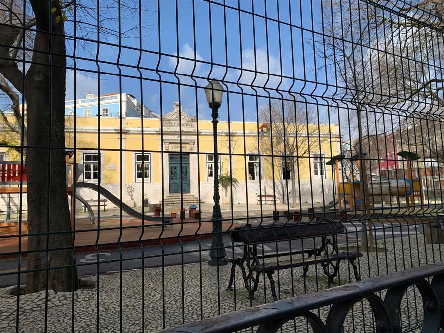 Escuelas vacías en Portugal, que sigue registrando récord de fallecidos.