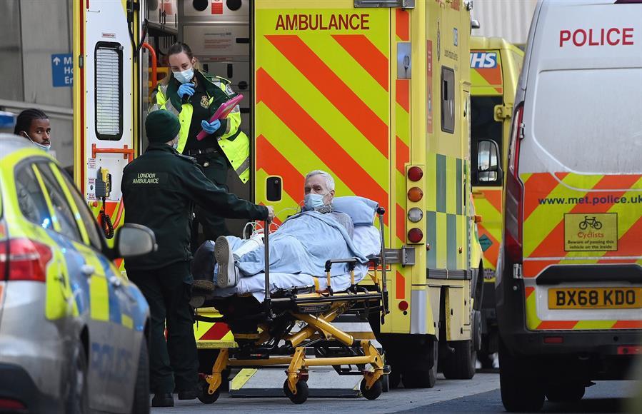 Un paciente de coronavirus, trasladado en ambulancia en Londres.