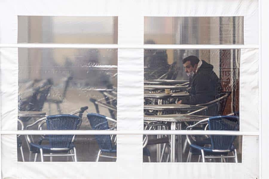 Un cliente toma un café en una terraza de Valladolid.